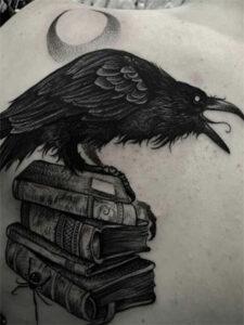 татуировка ворон на книгах