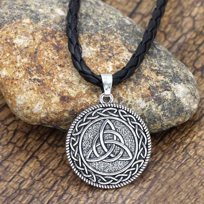 Украшение на шею в виде кельтских сплетений