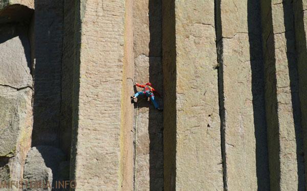 Альпинист на Башне Дьявола - изображение на mifistoria.info