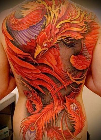 Тату красной птицы на спине - изображение на mifistoria.info