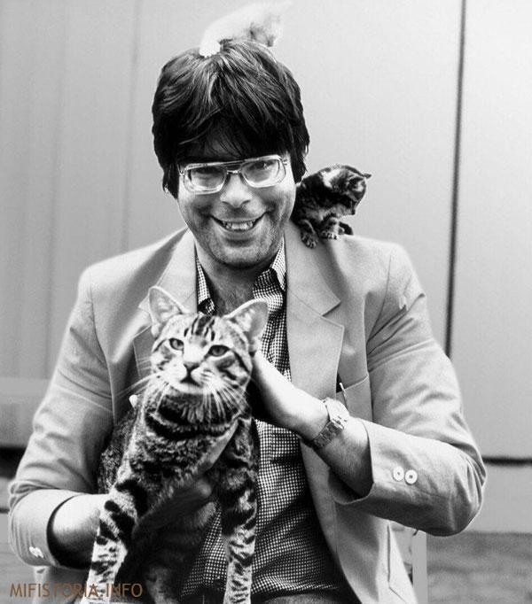 Стивен Кинг с кошками - фото на mifistoria.info