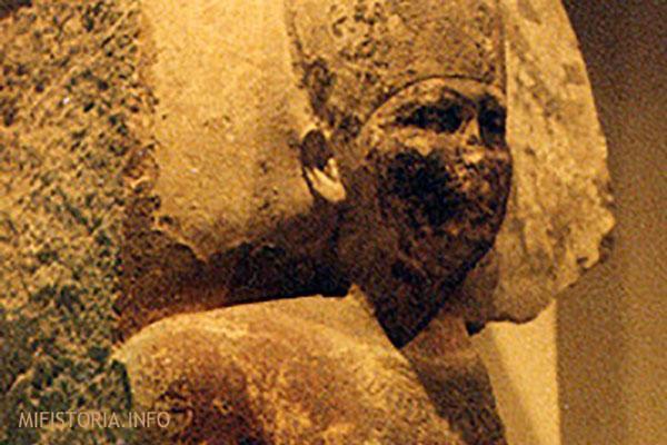 Бюст Хеопса высеченный в стене - фото
