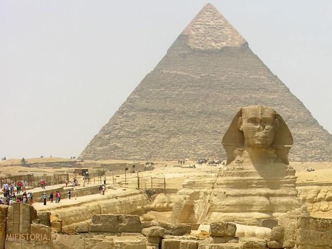 Пирамида Хуфу в Гизе под охраной Сфинкса - фото на mifistoria.info