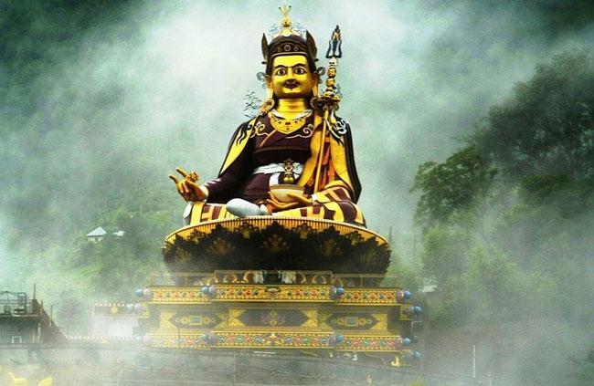 Статуя Падмасамбхавы, озеро Ревалсар, Северная Индия.