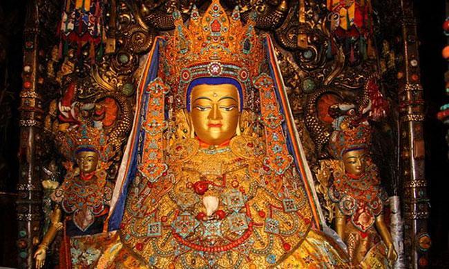 Статуя Будды в храме Джоканг, Тибет.