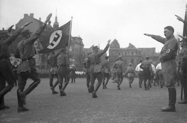 Фотография Гитлера, приветствующего солдат