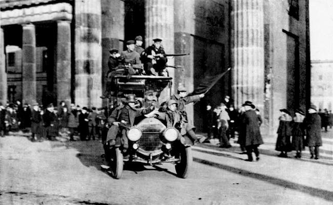 Фотография революционеров Бранденбургских ворот в Берлине, 1918 г.