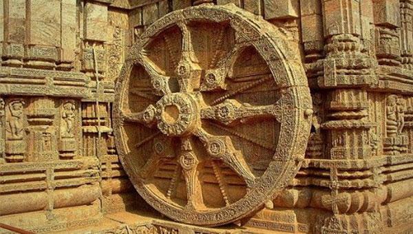 Скульптура колеса в храме