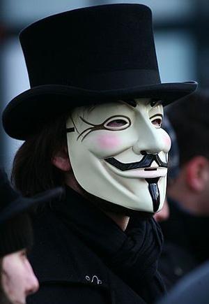 Участник демонстрации в костюме Гая Фокса.