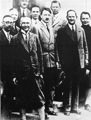 Члены НСДРП, в центре – Адольф Гитлер