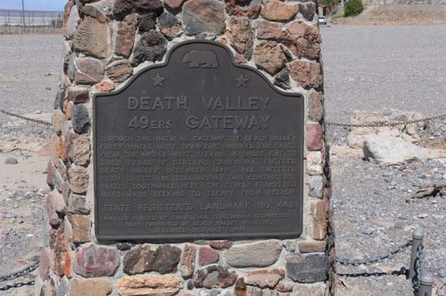 Табличка с историей о первых европейских поселенцах в Долине Смерти