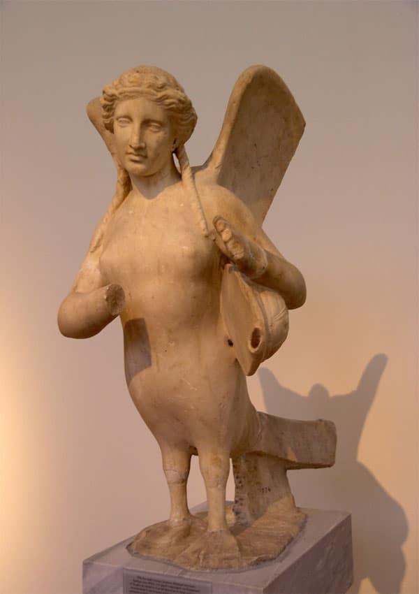 Древняя статуя, изображающая деву с птичьим низом.