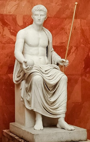 Статуя полководца в Эрмитаже, Санкт-Петербург