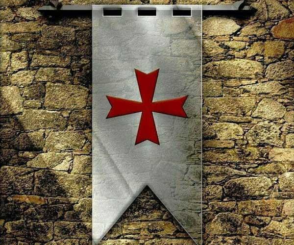 Флаг тамплиеров, легко узнаваемый по красному кресту
