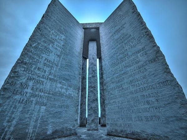 Скрижали содержат надписи на 4 современных и 8 древних языках