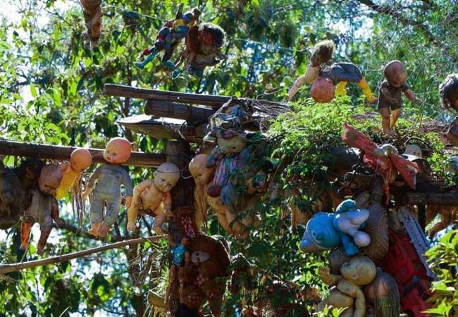 Куклы размещены на территории всего острова