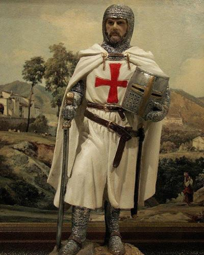 Вооруженный рыцарь-тамплиер в оговоренной уставом одежде