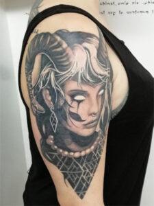 татуировка лилит на руке