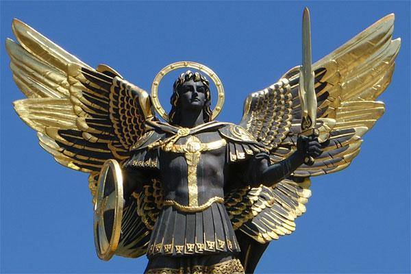 Статуя архангела Михаила