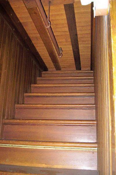Многие лестницы в доме обрываются, уходят в стены или крышу