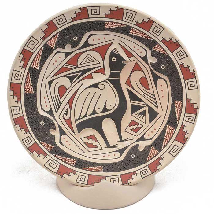 Пример расписанной керамики в индейских орнаментах и с изображением Голубя-Тотема, хранителя Рода