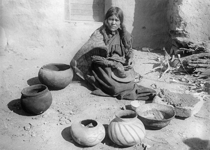 Гончарница и мастерица по росписи ваз. Архивное работа фотографа, запечатлевшего преемственность традиций
