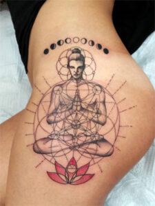 татуировка сакральной геометрии на бедре