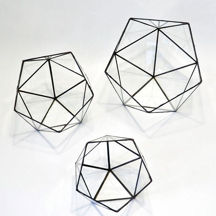 Икосаэдры. Согласно геометрической гармонии, они рассматриваются и как дуальные элементы-близнецы додекаэдров