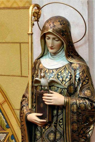 Одна из католических статуй святой Сколастики. Голубка кротко расправляет свои доблестные крылышки в предчувствии спасения мира новозаветным Мессией