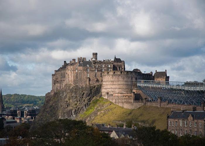 Возвышающаяся над пропастью крепость