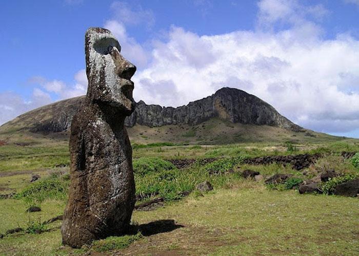 Разбросанные по всему острову каменные монументы