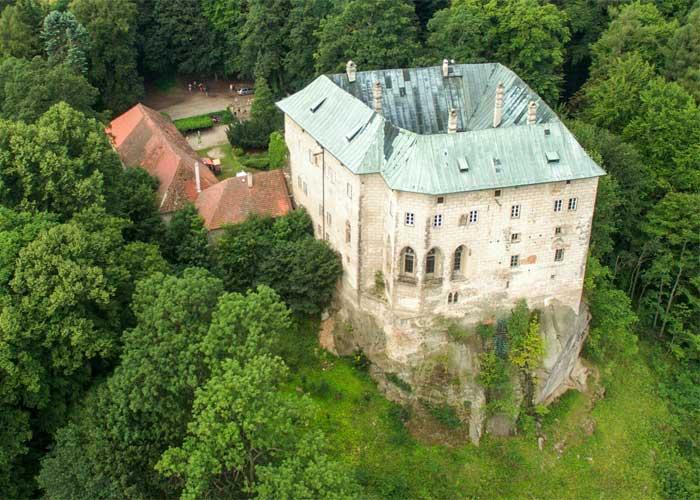 Замок Гоуска, затерянный в дремучих лесах вблизи Праги