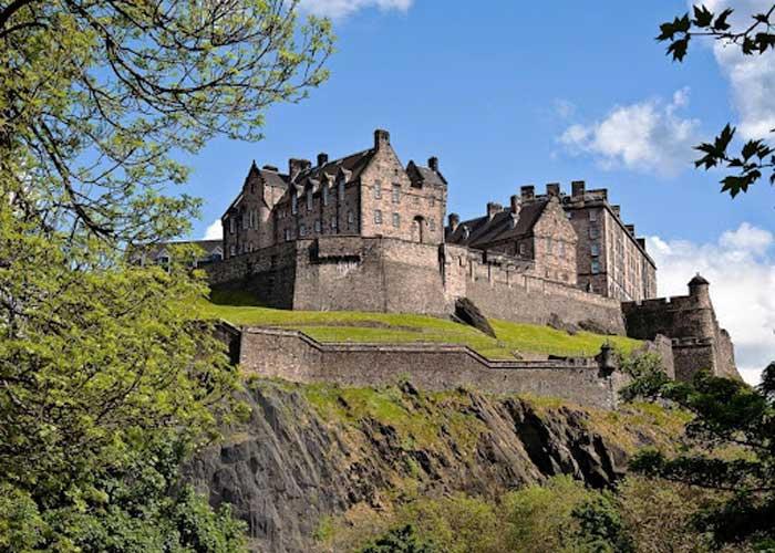 Дворец Эдинбург летом