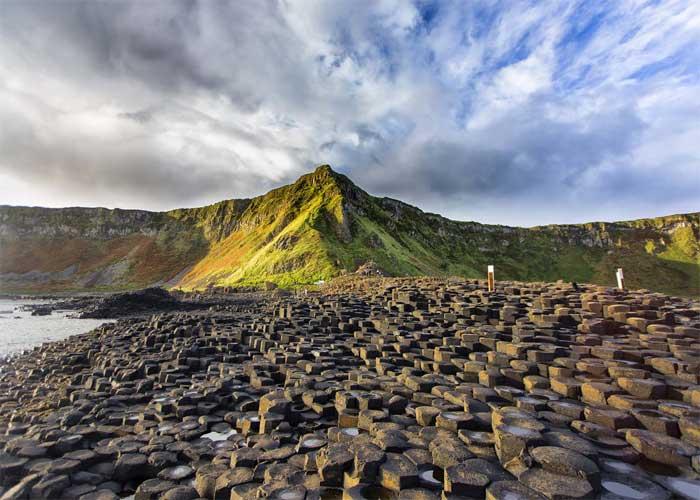 Базальтовые колонны, который образовались из-за извержения вулкана