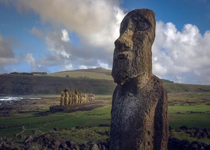 Яркий экземпляр каменных скульптур моаи, созданных рапануйцами