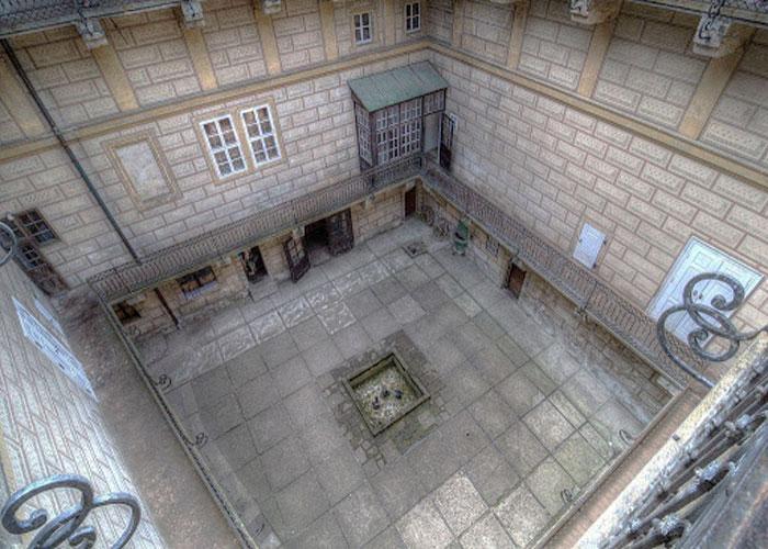 """""""Адские врата"""", находящиеся во внутреннем дворе"""
