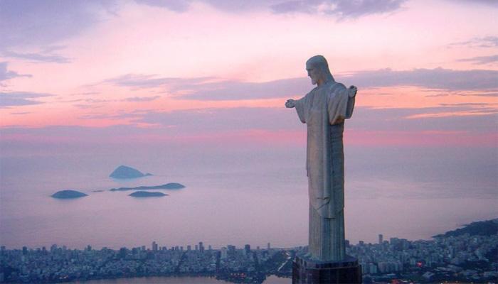 Статуя в лучах закатного солнца