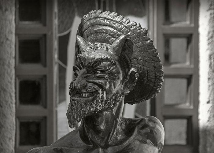 Скульптура Мефистофеля из металла