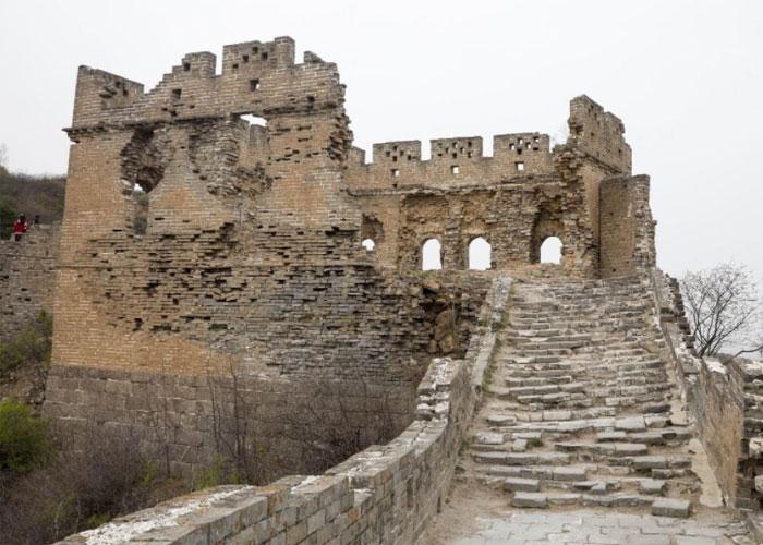 Ужасное отношение к сооружению привело к тому, что стена начала постепенно превращаться в руины
