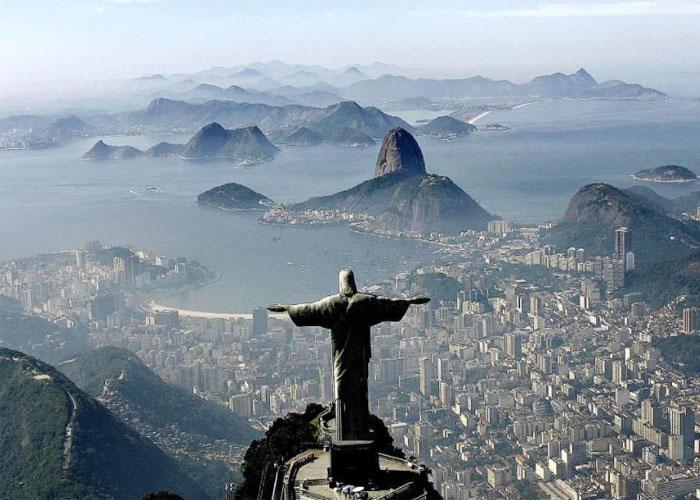 Скульптура Христа, возвышающаяся на горе