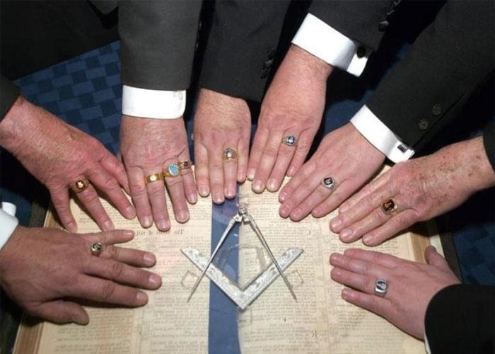 До сих пор исследователи не могут понять истинное значение некоторых масонских знаков, жестов, символов и шифров