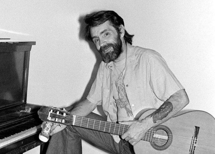 Мэнсон с гитарой