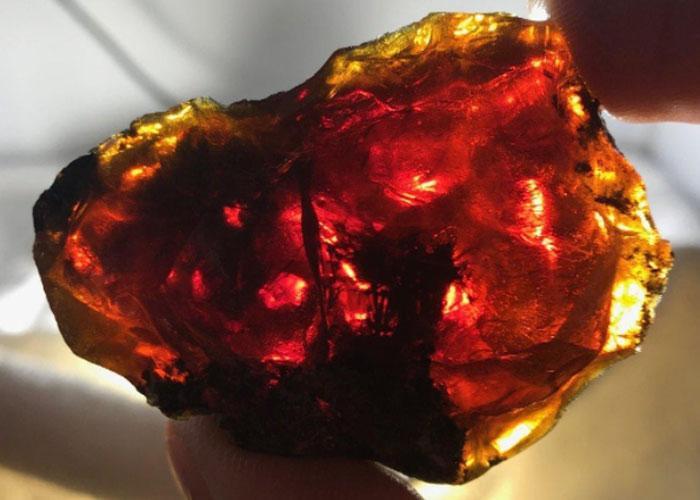 Главные свойства необычного камня — это превращение металлов в золото и исцеление