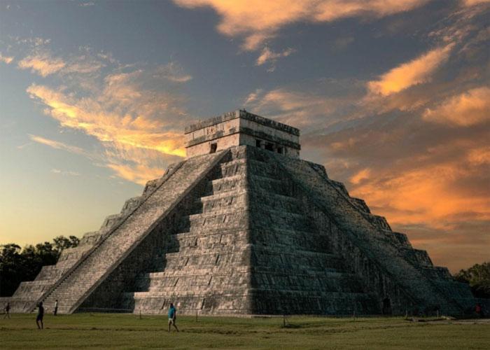 Пирамида в лучах закатного солнца