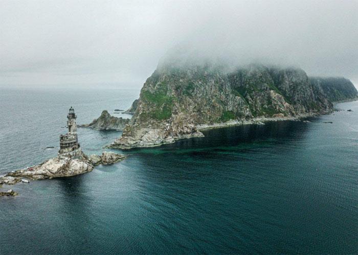 Долгие годы свет маяка направлял мореплавателей и не давал им сойти с верного пути