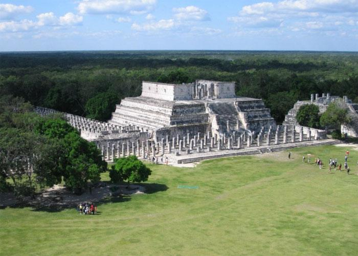 Храм Воинов и столбы, напоминающие защитников