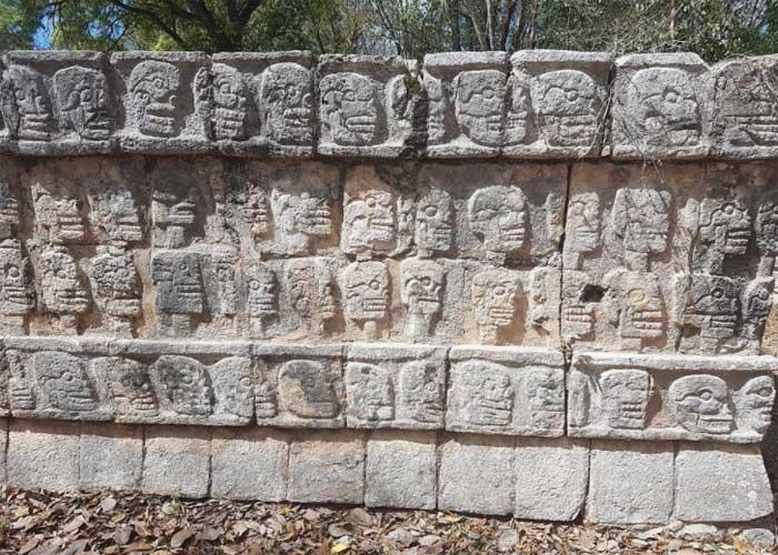 Знаменитая стена черепов в городе Чичен-Ицу, Мексика