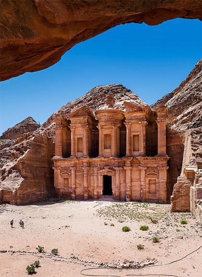 Античная красота и таинственность в каждом элементе постройки